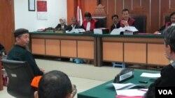 Ustadz Afif (kiri) sedang memberikan kesaksian dalam sidang enam terdakwa simpatisan ISIS di pengadilan Negeri Jakarta Barat hari Selasa 20/10 (VOA/Fathiyah).