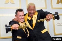 """Martin Desmond Roe dan Travon Pose berpose dengan piala mereka untuk Film Pendek Terbaik """"Two Distant Strangers"""" di ruang pers acara penganugerahan piala Oscar, di Los Angeles, California, AS, 25 April 2021. (Chris Pizzello / Pool via REUTERS)"""