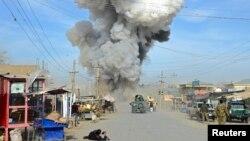 지난 10일 아프가니스탄 쿤두즈 경찰청에 탈레반의 공격이 있은 후 연기가 치솟고 있다. (자료사진)