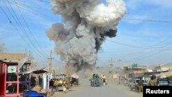 阿富汗自杀汽车炸弹爆炸后浓烟滚滚(2015年2月)