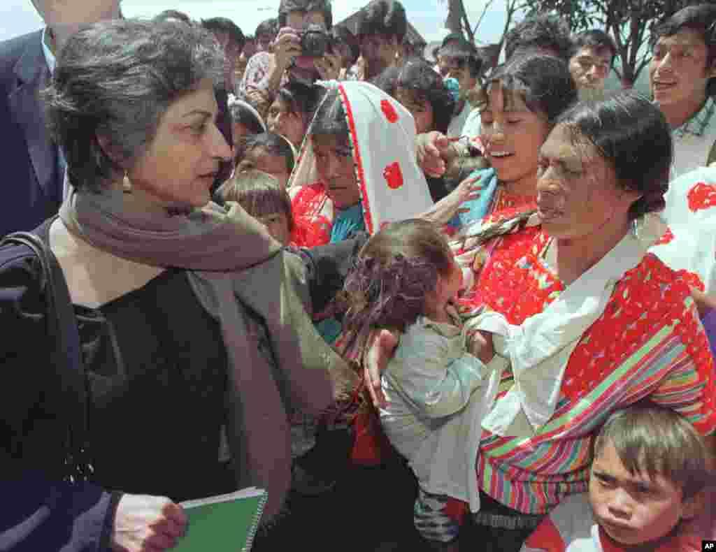 جولائی 1999ء: اقوامِ متحدہ کی ایلچی برائے انسانی حقوق عاصمہ جہانگیر میکسیکو کی ریاست چیاپاس میں ایک مقامی خاتون سے گفتگو کر رہی ہیں۔ عاصمہ جہانگیر کے اس 11 روزہ دورۂ میکسیکو کا مقصد میکسیکو میں ماورائے عدالت اور سیاسی انتقام کے طور پر ہونے والی قتل و غارت کے الزامات کی تحقیقات کرنا تھا۔