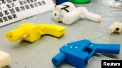 Вилучені пластикові пістолети, створені за допомогою технології 3D-друку, демонструються в поліцейському пункті Канагава в Йокогамі, на південь від Токіо, 8 травня 2014 року.
