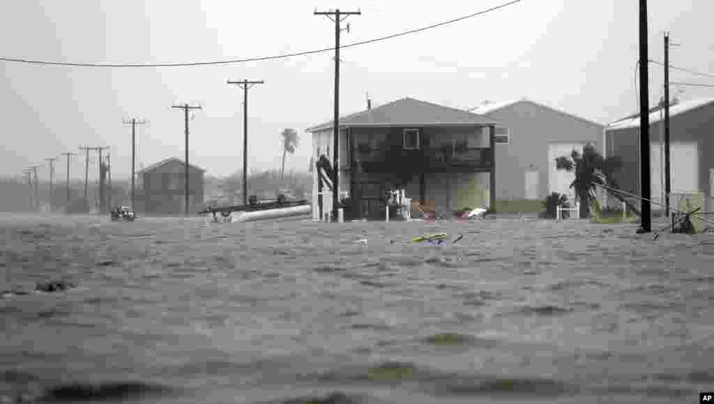 Будинок оточений водою у місті Рокпорт у штаті Техас. 26 серпня 2017 року.