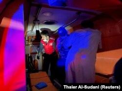Seorang pasien yang menderita COVID-19 dipersiapkan untuk dievakuasi dengan ambulans di luar rumah sakit Ibnu Khatib, setelah kebakaran akibat ledakan tangki oksigen di Baghdad, Irak, 25 April 2021. (Foto: REUTERS/Thaier Al-Sudani)