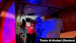 Mgonjwa anayeugua COVID-19 akitayarishwa kuondolewa katika gari ya wagonjwa nje ya hospitali ya Ibn Khatib, baada ya moto kuzuka kutokana na kulipuka kwa mtungi wa Oxygen Baghdad, Irak, 25 April 2021. (Foto: REUTERS/Thaier Al-Sudani)