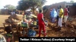 Quelques familles rassemblent leurs biens menacés par les inondations à Agadez, Niger, 15 août 2018. (Twitter/ Rhissa Feltou)
