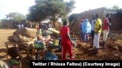 Quelques familles sortent leurs biens menacés par des inondations à Agadez, Niger, 15 août 2018. (Twitter/ Rhissa Feltou)