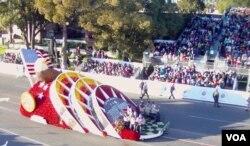 今年玫瑰花车游行表扬二战日裔美国军人的花车(美国之音国符拍摄)