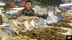 Một phụ nữ Thái Lan bán các loại côn trùng đã được chế biến tại khu chợ trong tỉnh Chiang Mai, Thái Lan