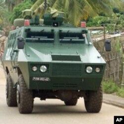 Carro blindado da polícia de intervenção, nas ruas de Nampula