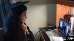一名巴基斯坦女留学生参加位于华盛顿乔治城大学的线上毕业典礼。