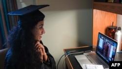 27歲的巴基斯坦學生特博(Varsha Thebo)在她位於國際學生之家的臥室裡參加喬治城大學舉辦的網上畢業典禮(2020年5月15日)。