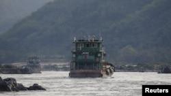 Hình tư liệu - Tàu vận tải Trung Quốc trên sông Mekong gần khu vực Tam giác Vàng, ngày 1/3/2016.