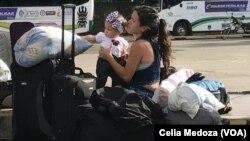 Una mujer venezolana con su niña momentos después de cruzar hacia Colombia a través del Puente Internacional Simón Bolívar.