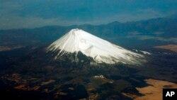 日本旅遊勝地富士山(2009年2月12日資料照片)