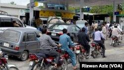 اسلام آباد میں چند ایک پٹرول پمپس ہی کھلے ہیں جہاں لوگوں کا خاصا رش ہے۔