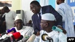 Soumaïla Cissé (C), leader de l'opposition, Modibo Koné (G), candidat MMK et Mohamed Ali Bathily, candidat APM, lors d'une conférence de presse à Bamako, 1 août 2018.