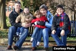 布格尔斯迪克夫妇和他们的三个孩子