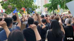 将近一千人星期天在纽约曼哈顿集会,声援香港抗议行动。久岛拍摄。