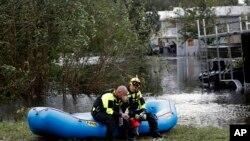 Xilasetmə işçiləri Şimali Karolina ştatındakı tarixi Nyu Bern şəhərində su basmış yerlərdə qalmış insanları axtarışı əməliyyatı keçirir, 15 sentybr, 2018.