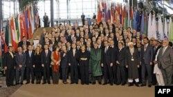 Các nhà ngoại giao và đại biểu đến từ các nước chụp hình lưu niệm tại Hội nghị Bonn ở Ðức, ngày 5/12/2011