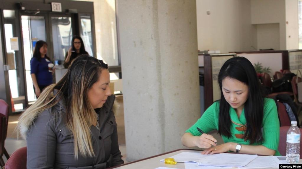 绿卡持有者参加在马里兰州罗克维尔的一个咨询诊所上了解如何申请成为美国公民。(图片由AAJC提供)