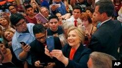 힐러리 클린턴 미국 민주당 대선 후보가 2일 캘리포니아주 엘센트로에서 연설한 후 지지자들과 사진을 찍고 있다.