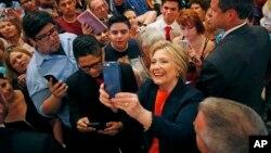 Ứng viên Tổng thống của Đảng Dân chủ Hillary Clinton chụp hình selfie với các ủng hộ viên tại El Centro, California, 2/6/2016.
