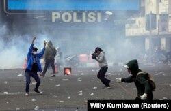 Demonstran bentrok dengan polisi saat protes terhadap UU Cipta Kerja yang kontroversial di Jakarta, 8 Oktober 2020. (Foto: REUTERS/Willy Kurniawan)