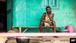 Un joven en cuarentena en su casa del pueblo de Moyamba, en las afueras de Freetown, Sierra Leona.