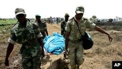 Des soldats camerounais transportent un mort sur une civière, à Kousseri, Cameroun, 23 avril 2006.