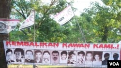 Poster dengan foto 13 aktivis pro demokrasi tahun 1997/1998 yang hingga kini masih hilang. (foto ilustrasi: VOA/Fathiyah Wardah).
