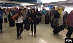 El aeropuerto internacional de Miami registra un importante aumento de viajeros luego de las órdenes de evacuación emitidas para residentes del Sur de la Florida por la amenaza del huracán Irma. Foto: Gesell Tobías, VOA Sept. 7, 2017.
