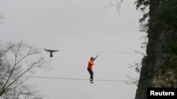 El salto base es una práctica extrema consistente en lanzarse desde un punto situado a gran altura, esperando al último momento para activar el paracaídas.