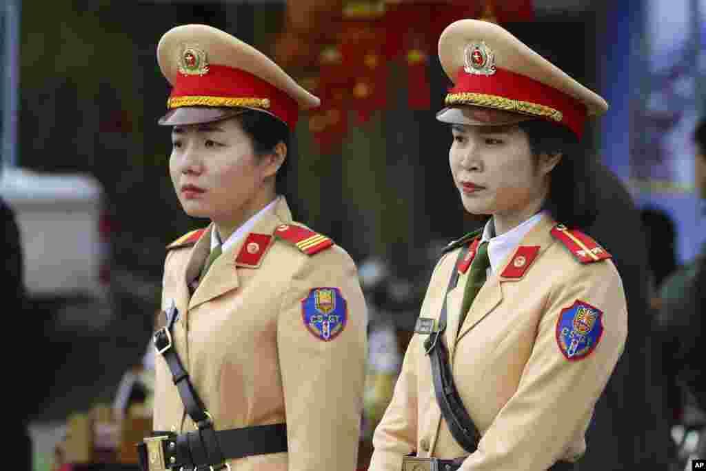 هانوی در آستانه دیدار پرزیدنت ترامپ و رهبر کره شمالی - بیش از ده هزار مامور پلیس، ارتشی و امنیتی از ویتنام وظیفه امنیت این نشست را برعهده دارند.
