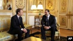 Le président français Emmanuel Macron, à gauche, s'entretient avec le Premier ministre libanais Saad Hariri à l'Elysée à Paris, le samedi 18 novembre 2017.