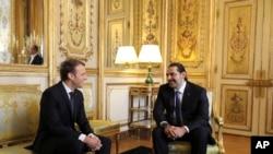 프랑스 에마뉘엘 마크롱 대통령(왼쪽)이 18일 사드 알 하리리 레바논 총리(오른쪽)와 대화를 나누고 있다.