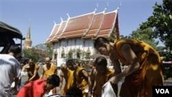 Para biksu Thailand meletakkan karung pasir untuk menghalangi air yang membanjiri sekitar biara di Laksi, Bangkok (31/10). Ketegangan warga Ibukota Thailand ini meningkat seiring bencana banjir yang melanda Bangkok sejak dua bulan terakhir.