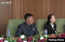 지난 2015년 북한을 탈출해 한국에서 살다가 이듬해 북한으로 몰래 돌아갔던 40대 탈북민 강모 씨가 지난 6월 다시 북한을 탈출해 최근 국내에 입국한 것으로 13일 확인됐다. 강 씨는 한동네에서 살던 20대 여성 김모 씨와 함께 최초로 탈북해 2015년 3월 국내에 입국했지만, 지난해 9월께 김 씨와 함께 북한으로 돌아갔다. 사진은 강 씨(왼쪽)가 김 씨(오른쪽)와 함께 지난해 11월 말 북한의 대외선전용 매체 '우리민족끼리TV'에 출연해 한국 사회를 비난하는 모습.