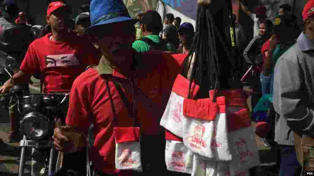 Durante a jornada de manifestações na Venezuela não faltaram aqueles que aproveitaram para fazer negócio em nome da revolução bolivariana.