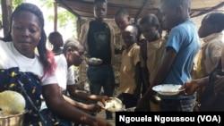 Distribution du repas aux élèves à la cantine scolaire de Djiri Pont à Brazzaville, le 28 février 2018. (VOA/Ngouela Ngoussou)