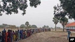 世界粮食计划署在南苏丹分发粮食(2010年12月30号资料照)