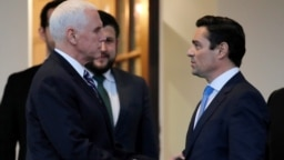 Đặc sứ Carlos Vecchio trong một cuộc gặp với Phó Tổng thống Mỹ Mike Pence.