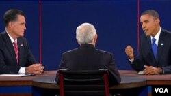 Ứng cử viên tổng thống của Ðảng Cộng hòa Mitt Romney (trái) và Tổng thống Obama trong cuộc tranh luận chót tại Boca Raton, Florida, ngày 22/10/2012