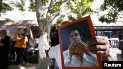 Un fanático con una foto del cantante Michael Jackson afuera de la corte en Los Angeles.