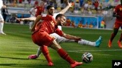 Dries Mertens của Bỉ trong 1 pha tranh bóng tại sân Mineirao ở Belo Horizonte, Brazil, ngày 17/6/2014.