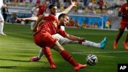 Cầu thủ Dries Mertens của Bỉ trong 1 pha tranh bóng tại sân Mineirao ở Belo Horizonte, Brazil, ngày 17/6/2014.