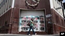 Una mujer pasa frente a un banco cerrado en Río Piedras, Puerto Rico.