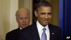 """Amerikani """"moliyaviy jarlik""""dan xalos etgan qonun qabul qilinganidan so'ng prezident Barak Obama jilmaymoqda, Oq Uy, Vashington, 1-yanvar, 2013-yil."""