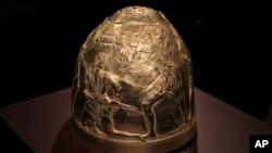 Золотий скіфський шолом четвертого століття до н. е. виставляється як частина експонату під назвою «Крим – золото і секрети Чорного моря», в історичному музеї Алларда Пірсона в Амстердамі в п'ятницю, 4 квітня 2014 року.
